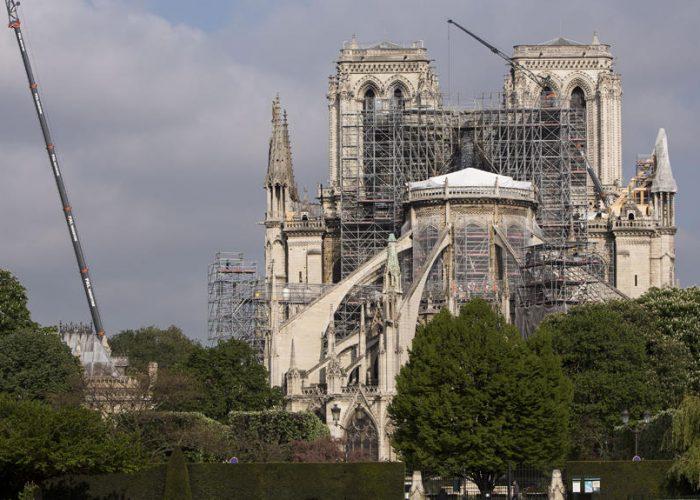 Après l'incendie qui a ravagé la flèche et le toit de la cathédrale Notre-Dame de Paris, les travaux de consolidation et de préparation du chantier de restauration et reconstruction ont commencé.